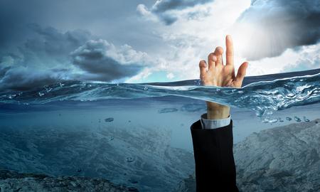 Hand van persoon die in water verdrinken Stockfoto