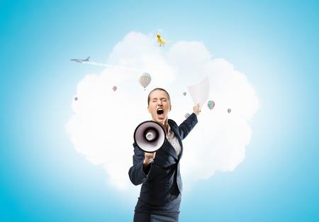 Vrouw die aankondiging doet. Gemengde media