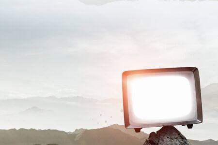 レトロなテレビモニター。混合メディア