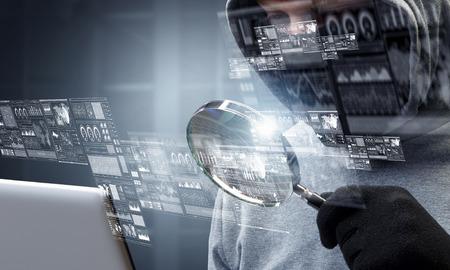 Ataque de privacidad de la computadora. Medios mixtos Foto de archivo - 83695178