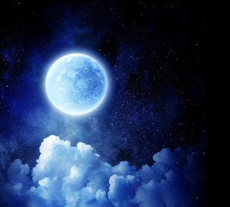 暗い空は雲の上の満月