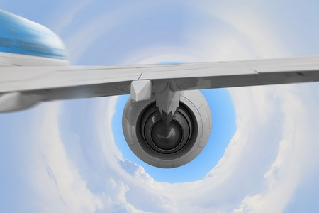 翼と上空で飛行機のジェット エンジン。ミクスト メディア