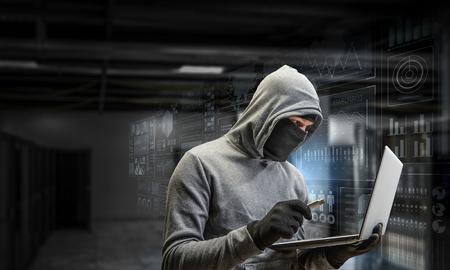 컴퓨터 개인 정보 침해 공격. 혼합 미디어. 혼합 매체
