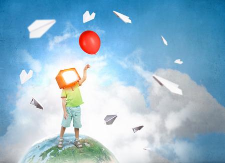 テレビでは、子供たちがはまっています。ミクスト メディア。ミクスト メディア 写真素材 - 84188267