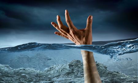 to drown: Mano de la persona que se ahoga en el agua. Medios mixtos