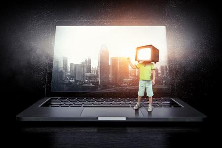 テレビでは、子供たちがはまっています。ミクスト メディア。ミクスト メディア