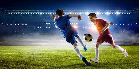 Pequeño campeón de fútbol. Mezcla de medios. Medios mixtos Foto de archivo - 84142447