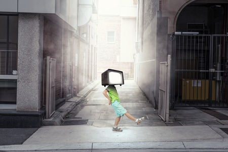 テレビでは、子供たちがはまっています。ミクスト メディア。ミクスト メディア 写真素材 - 84142623