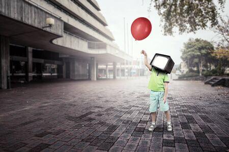 TV 중독 어린이. 혼합 매체 스톡 콘텐츠 - 84355125