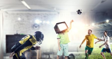 TV 중독 어린이. 혼합 매체 스톡 콘텐츠 - 84355188