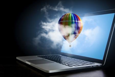 Aérostat couleur sur ordinateur portable . mixte médias Banque d'images - 84626387