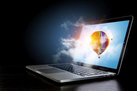 노트북 화면에 컬러 aerostat입니다. 혼합 매체