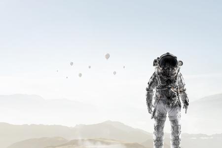 Badacz kosmosu w kombinezonie astronauty. Różne środki przekazu