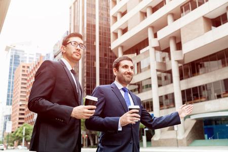 Dos jóvenes empresarios que compiten para un taxi Foto de archivo - 85699806