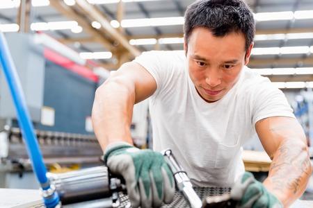 공장 바닥에 생산 공장에서 아시아 노동자 스톡 콘텐츠
