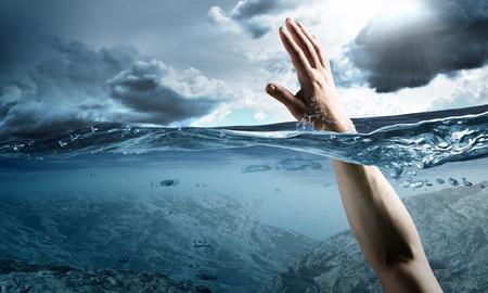 바다에서 익사하고 도움의 손길을 요구하는 남자