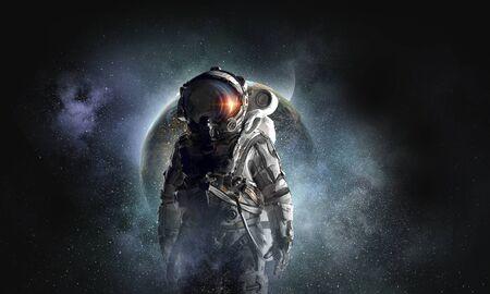 우주 비행사의 우주 탐험가. 혼합 미디어. 이 이미지의 요소는 NASA에 의해 제공됩니다.