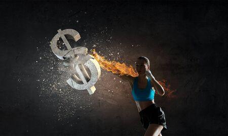 젊은 여자 권투 선수 깨는 돌 달러 기호. 혼합 매체