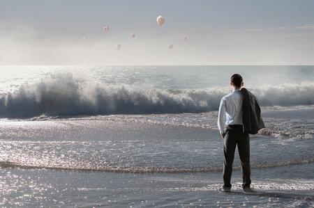 若いリラックス海辺海で遠く離れているビジネスマン。ミクスト メディア