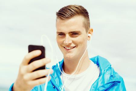 스포츠와 음악. 남자 조깅 준비 스톡 콘텐츠