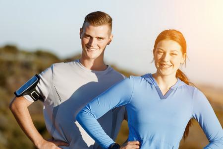 Jong stel op het strand training samen Stockfoto