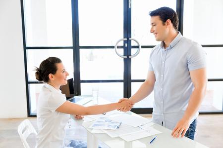 Mensen uit het bedrijfsleven tijdens een interview op kantoor Stockfoto