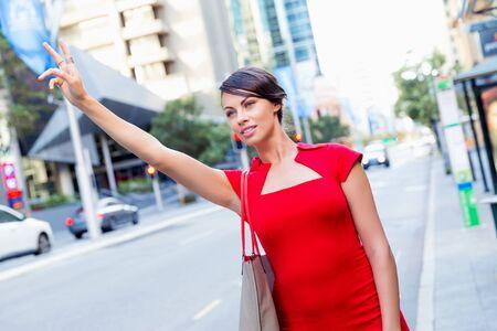 Onderneemster die een taxi probeert te vangen