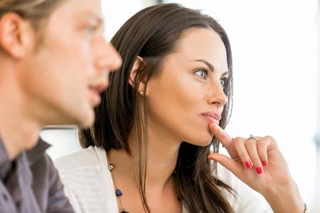 Bild von zwei jungen Geschäftsleuten im Büro Standard-Bild - 87429011