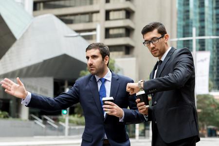 Dos jóvenes empresarios gritando por un taxi Foto de archivo - 87429039