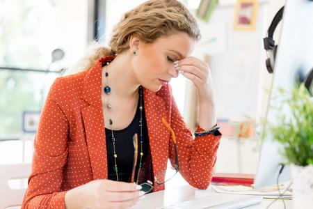 オフィスで疲れた若い女性 写真素材