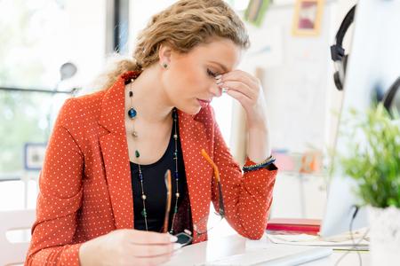 疲れて事務所の若い女性