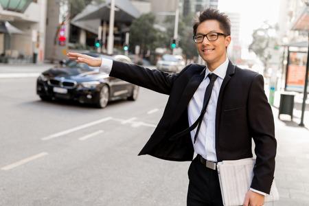 Waving voor een taxi in de stad