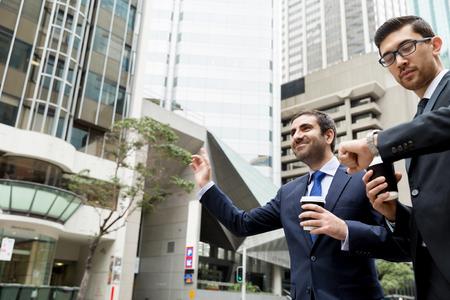Dos jóvenes empresarios gritando por un taxi Foto de archivo - 87565662