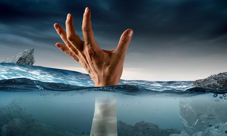 Mano di persone che annegano in acqua Archivio Fotografico - 87807389