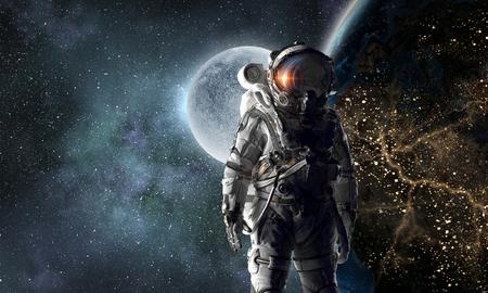 Explorador espacial em traje de astronauta. Mídia mista Elementos desta imagem são fornecidos pela NASA Foto de archivo - 88095966