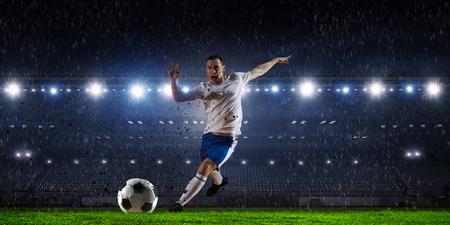Voetbalspeler bij stadion. Gemengde media