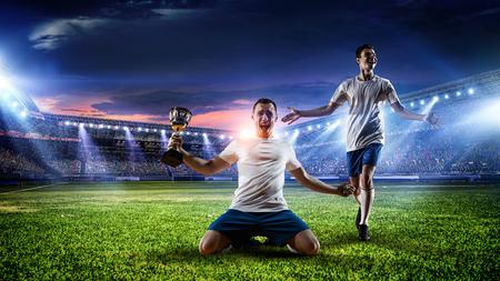 Fußballspieler im Stadion . Gemischte Medien