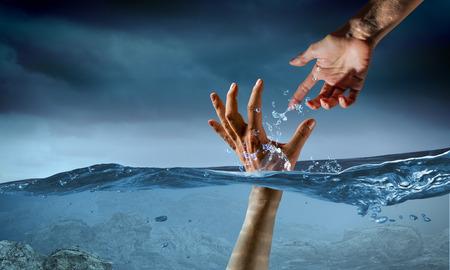 물에 익사하는 사람의 손