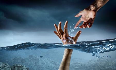 Main de personne se noyant dans l'eau Banque d'images