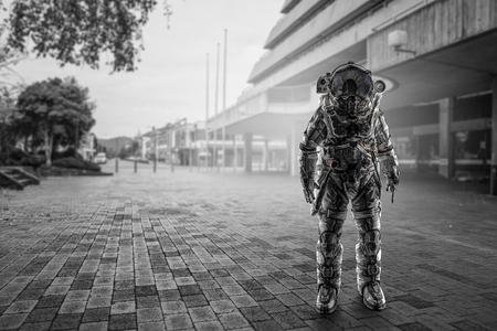 우주 비행사의 우주 탐험가 인 도시 거리에서. 혼합 매체