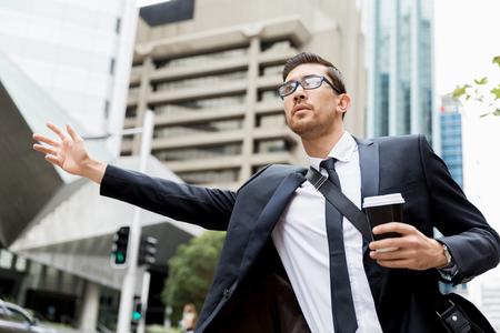 Joven empresario gritando por un taxi Foto de archivo - 88400384