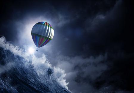 嵐の中、熱気球