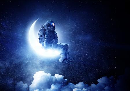 Astronaut zit op halve maan. Gemengde media