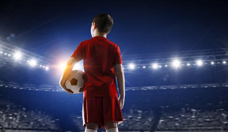 Kleiner Fußball-Champion. Gemischte Medien Standard-Bild - 89041401
