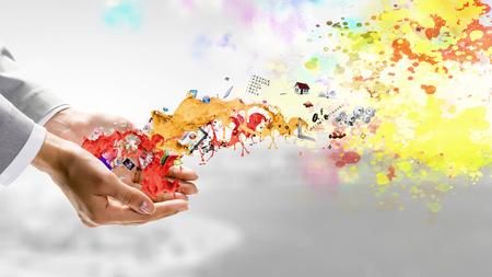 화려한 페인트의 밝아진 채 손을 가까이