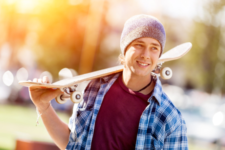 adolescencia: Adolescente con patín de pie al aire libre Foto de archivo