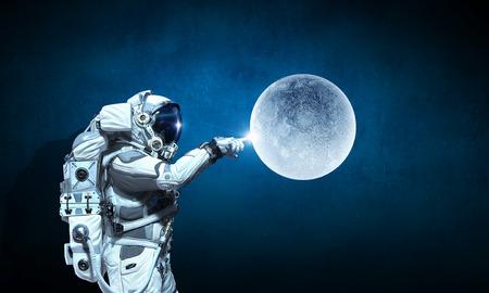 gravedad: Astronauta y su misión. Medios mixtos