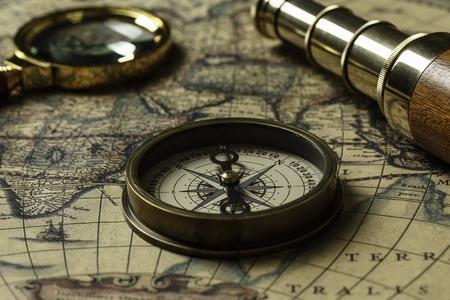 古いマップとスパイグラスとレトロなコンパス