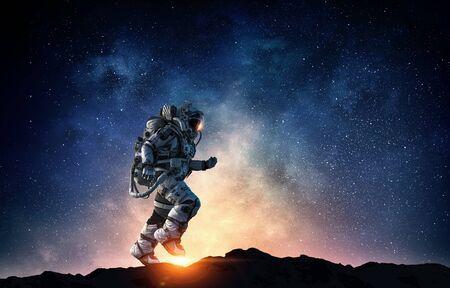 宇宙飛行士は高速実行。混合メディア