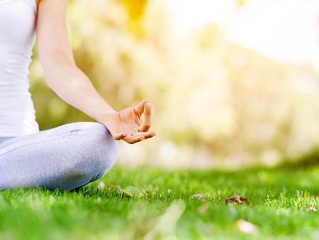Vrouw die in het park mediteren